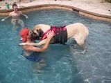 Questo cane grande e grosso non sa nuotare. Ecco come si comporta in acqua